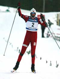 Magnus Moan går i mål som norsk mester i kombinert lørdag.(Foto: Scanpix/Gorm Kallestad)