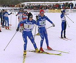 Kine-Beate Bjørnås veksler med Ingrid Knotten på siste etappe for Varden.