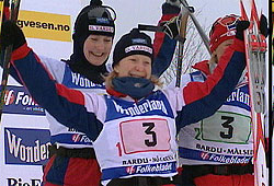 Stafettvinner Varden med Tove Andersen, Kine Beate Bjørnås og Ingrid Knotten.
