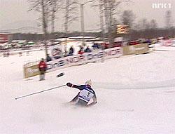 Selv ikke et fall hindret Magnus Hovdal Moan fra å ta seieren i kombinert. Foto: NRK