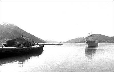 Rutebåt frå Sandane på veg inn til Nordfjordeid i 1971. (Foto: NRK)