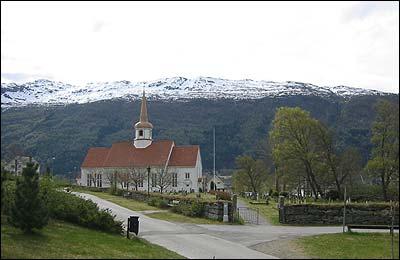Eid kyrkje og kyrkjegard. (Foto: Ottar Starheim, NRK © 2003)