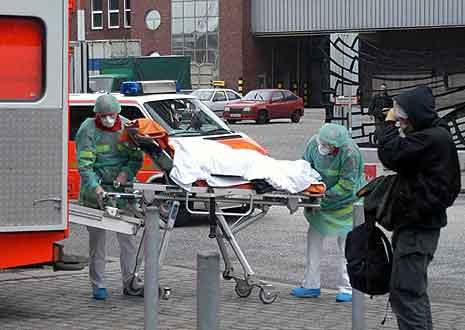 En av de to kvinnene blir brakt inn på spesialklinikken mandag formiddag. (Foto: AFP)