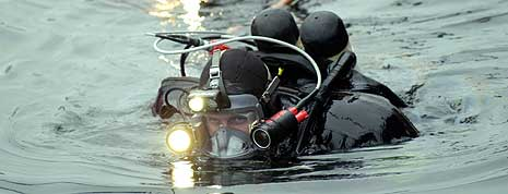 Dykkere gikk mandag ned for å finne omkomne inne i