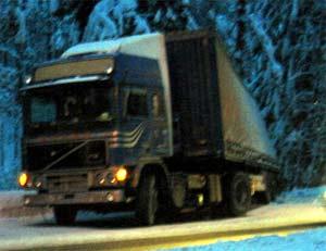 Utallige slike situasjoner har fått samferdselsministeren til flere ganger å kreve en stopper for livsfarlige utenlandske vogntog. (Foto: NRK)