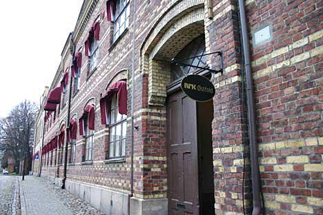 Det tidligere sykehuset i Gamlebyen i Fredrikstad rommer i dag NRK Østfold. (Foto: Jon-Annar Fordal)
