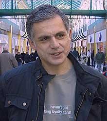 """Denne mannen har skaffet seg en av Peter Loobys """"hardtslående"""" t-skjorter."""