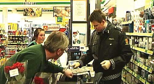 Politiet søker etter spor i Joker-butikken som ble ranet. Foto: NRK.