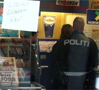 Politiet i samtale med ansatte i kiosken som ble ranet. (Foto: Jo Hjelle, NRK Hordaland)