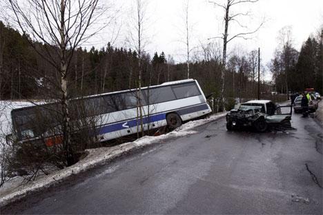 Sammenstøtet mellom personbilen og bussen var så kraftig at bussen havnet utenfor veien og ut i Botnertjernet. Foto: Erlend Aas / SCANPIX