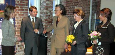 Damene blei vist norsk design av direktøren i Norsk designråd, Jan Stavik.