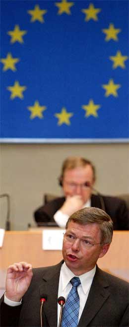 Statsminister Kjell Magne Bondevik på talerstolen i Brussel i dag. (Foto: Reuters/Scanpix)