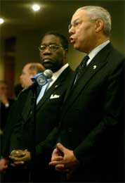 Liberias midlertidige leder Gyude Bryant (i midten) lytter spent til Colin Powells tale (Scanpix/AP)