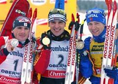 Raphael Poiree, Ricco Gross og Ole Einar Bjørndalen viser frem medaljene etter løpet. (Foto: AP/SCANPIX)
