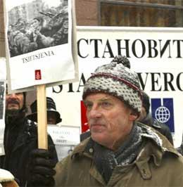 Ingvald Godal er leiar for Støtteforeninga for Tsjetsjenia. Her er han fotografert under ein demonstrasjon då Vladimir Putin vitja Noreg i november 2002. (Scanpix-foto)
