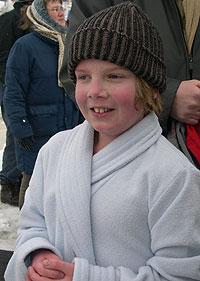11 år gamle Erik Andersen-Aarø badet i isbasseng for første gang. Foto: NRK