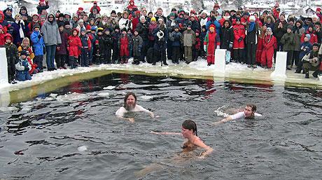 Isbaderne koste seg i minst 30 sekunder på Gjellumvannet i Heggedag. Foto: NRK