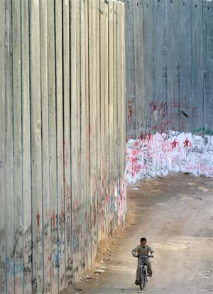Muren på Vestbredden kan bli kortere, dersom den israelske regjeringen sier ja. (Arkivfoto: Reuters/Scanpix)