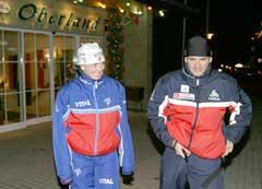 Liv Grete og Raphael Poirée utenfor hotellet i Oberhof lørdag kveld mens Gro Eikeland passer Emma. (Foto: Heiko Junge / SCANPIX)
