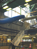Sklia starter innendørs, går i en sløyfe utendørs, før den ender opp ved bassengkanten innendørs igjen.