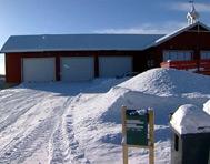 To og et halvt år etter at katastrofen rammet gardsbruket står det en ny driftsbygning på Sæther gård.
