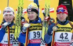 De tre medaljevinnerne Olga Pyleva (midten), Albina Akhatova (t.v.) og Olena Petrova t.h.) Foto: AFP/Scanpix)