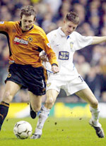 Målscorer James Milner (høyre) i kamp med Wolves` Lee Naylor (Foto: REUTERS/Ian Hodgson)