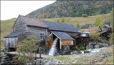 Nede ligg saga, lenger oppe langs vassrenna er stampa og kvernhuset. (Foto: Arild Nybø, NRK © 2003)