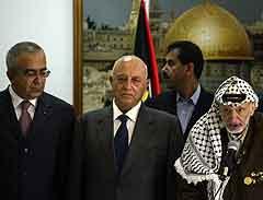 Den palestinske finansministeren Salam Fayad (tv) ved siden av statsminister Ahmed Qureia og president Yasir Arafat. Foto: Brennan Linsley, AP