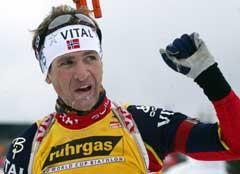 Ole Einar Bjørndalen vinker til publikum i det han går i mål på 20 km. (Foto: AFP/SCANPIX)