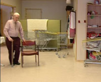 Kåre støtter seg på en stol mens han arbeider. Han er ansatt i brukthandelen.