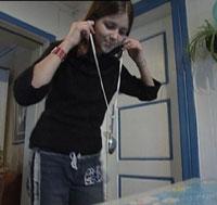 Lyden blir sterker når den føres gjennom tråden. Foto: NRK