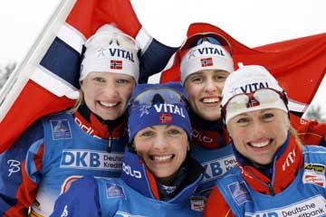 Norge tok sitt første VM-gull i stafett i skiskyting. Fra venstre: Linda Tjørhom, Liv Grete Skjelbreid Poiree, Gro Marit Istad-Kristiansen og Gunn Margit Andreassen. (Foto: Heiko Junge/Scanpix)