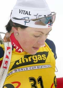 Liv Grete Skjelbreid Poirée titter ned på den gule ledertrøya hun vil forsvare i USA. (Foto: Heiko Junge / SCANPIX)