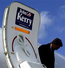 Valgkamper dreier seg ikke bare om politikk. Også skittkasting og ryktespredning er viktige ingredienser, får John Kerry nå erfare. (Foto: Reuters/Scanpix)
