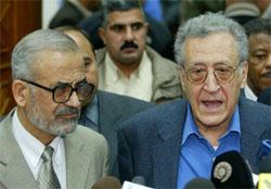 Lakhdar Brahimi (t.h.) traff i dag Mohsen Abdel-Hamid, president i det irakiske styringsrådet. (Foto: AP/Scanpix)