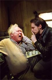 Alf Nordvang som Davies og Anders Dale som Mick. Foto: Emile Ashley.