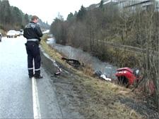 Bilen kjørte på en støpekant før den havnet i elven. (Foto: Alrik Velsvik, Nrk Hordaland)