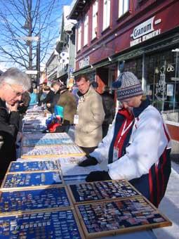 Pinsinteressen er fortsatt til stede. Mange samlere har fortsatt pins de gjerne skulle hatt. På bildet er Birgitte C. Bekkevold fra Oslo Pin Club.