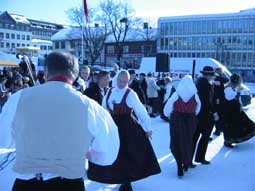 Lillehammer spel og dansarlag opptrådte med gamle danser på Stortorget.