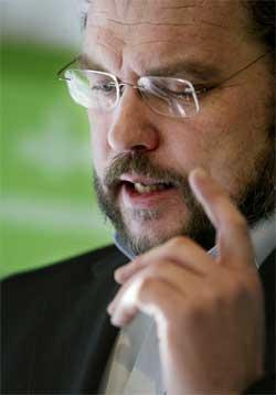 VIL HA INNSYN: Landbruksminister Lars Sponheim har blitt nektet innsyn i mange av dagligvarekjedenes regnskaper. Dette gjør at ministerens mistanker om uregelmessigheter styrkes. Foto: Scanpix