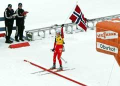 Liv Grete Skjelbreid Poirée går inn til gull på fellesstarten. (Foto: AFP/Scanpix)