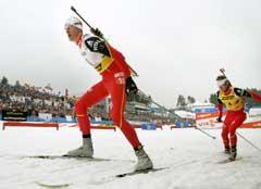Lars Berger tok teten foran Ole Einar Bjørndalen ut fra start. (Foto: Heiko Junge / SCANPIX)