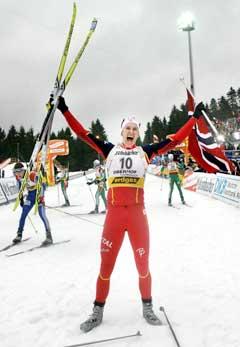 Lars Berger jubler over sølvet i det han går i mål. (Foto: Heiko Junge / SCANPIX)