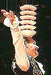 Jan-Kjetil Smørdal er balansekunstnar i tillegg til å vere sirkusdirektør. (Arkiv NRK)