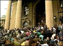 Demonstranter stormer og overtar Parlamentet. (Foto: APTN)