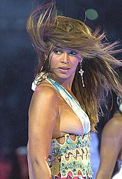 Beyonce Knowles var nær ved å vise fram puppen under pauseshowet til NBA All Star-kampen. Foto: AP Photo / Mark J. Terrill.