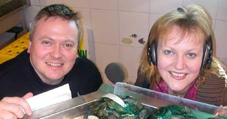 Lars og Inger Beathe tester grønnsaker. (Foto: Eline Lindhjem, NRK)