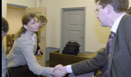 Carl Fredrik Seims advokat, Trygve Staff hilser her på Inger Flostrand, som fører saken for boet. Foto: Marit Hommedal / Scanpix
