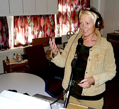 Kari Toft skaper med mild røst morgenstemning for radiolytterne i Hedmark og Oppland. (Foto: NRK/Linda Nordlie)